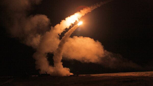 Night launch of S-400 Triumf missiles from an anti-aircraft weapon system at Ashuluk proving grounds during an Aerospace Defence Forces tactical drill - Sputnik International