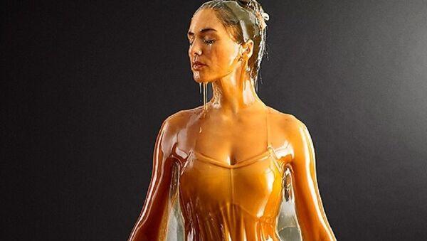 Model poured by honey - Sputnik International