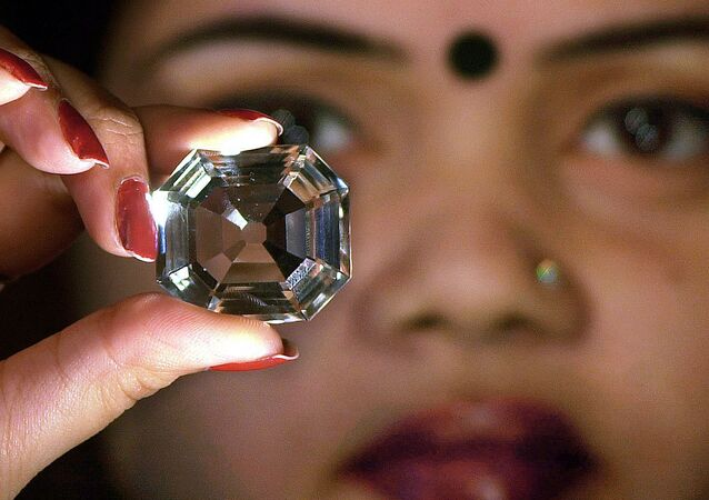 An Indian model shows a replica of the famous Indian diamond 'Koh-i-noor' during a press meeting in Calcutta, 29 January 2002