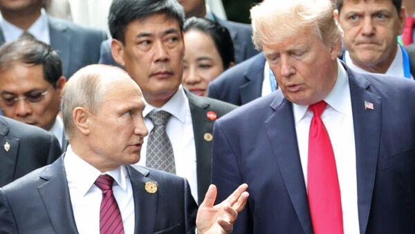 Russlands Präsident Wladimir Putin und sein US-Amtskollege Donald Trump (Archiv) - Sputnik International