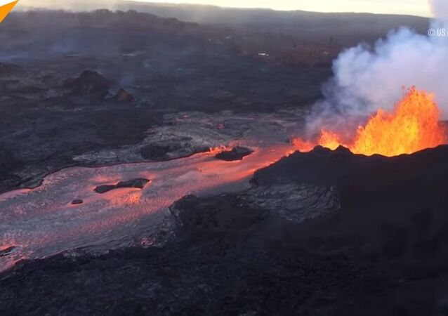 USA: Dramatic lava flows pour forth from Kilauea