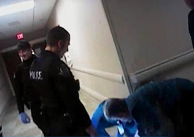 US cops beat unarmed man, mock his injuries in hospital.