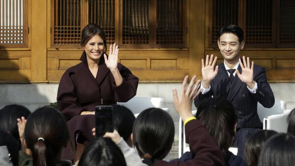 U.S. first lady Melania Trump and Choi Min-ho, a member of South Korean boy band Shinee, wave to South Korean middles school students during Girls Play 2! Initiative, an Olympic public diplomacy outreach campaign, at the U.S. Ambassador's Residence in Seoul, South Korea, Tuesday, Nov. 7, 2017 - Sputnik International