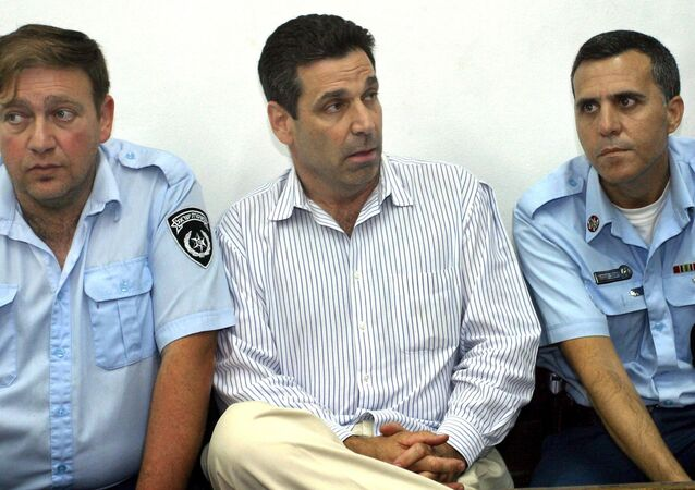 Former Israeli energy minister Gonen Segev (C) appears at the Tel Aviv district tribunal 22 April 2004