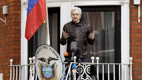 WikiLeaks founder Julian Assange gestures as he speaks on the balcony of the Ecuadorian embassy, in London, Friday May 19, 2017. - Sputnik International