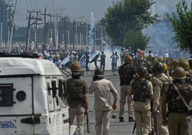 Kashmiri youths throw stones during clashes between protesters and Indian government forces in Srinagar on June 16, 2018