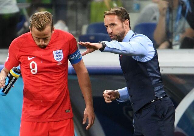 El delantero inglés Harry Kane, izqda, y el director técnico de la selección inglesa, Gareth Southgate, durante el partido Túnez-Inglaterra en el Mundial Rusia 2018 el 18 de junio