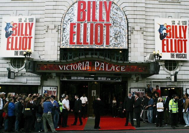FILE - In this May 12, 2005 file photo, crowds gather outside the world premiere of the stage musical 'Billy Elliot' at a London theatre. (AP Photo/Alastair Grant, File)