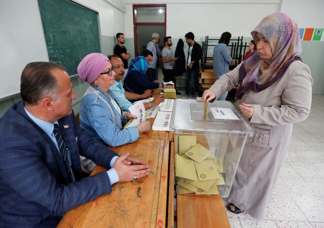 A woman casts her ballot for Turkey's presidential and parliamentary elections at a polling station in Yalova, Turkey June 24, 2018