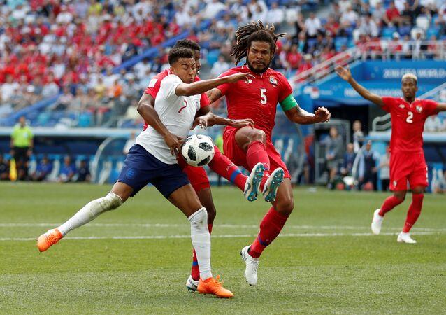 Soccer Football - World Cup - Group G - England vs Panama - Nizhny Novgorod Stadium, Nizhny Novgorod, Russia - June 24, 2018 England's Jesse Lingard in action with Panama's Roman Torres and Fidel Escobar
