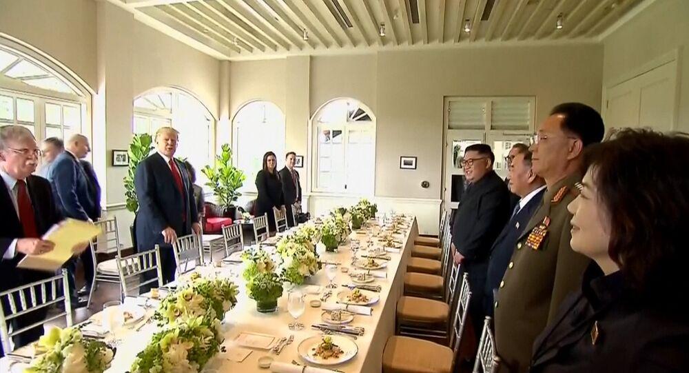 Trump y Kim celebran un almuerzo conjunto en el marco de la cumbre estadounidense-norcoreana.