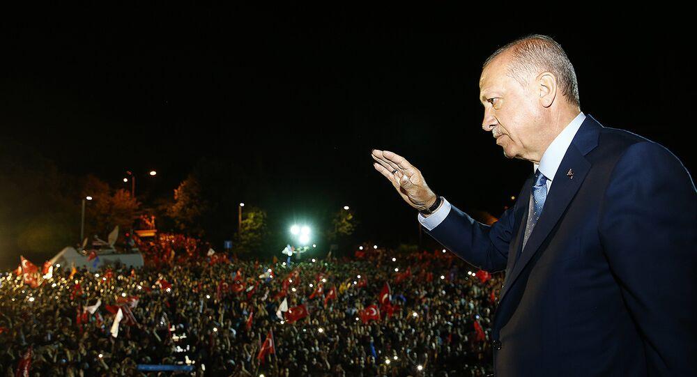 Cumhurbaşkanı Erdoğan, Huber Köşkü'nün önünde bekleyenlere seslendi.