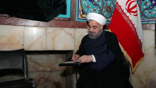 Iran's President Hassan Rouhani fills in his ballot - Sputnik International