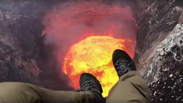 Helicopter Pilot Records Himself Dangling From Zipline Over Vanuatu Volcano - Sputnik International
