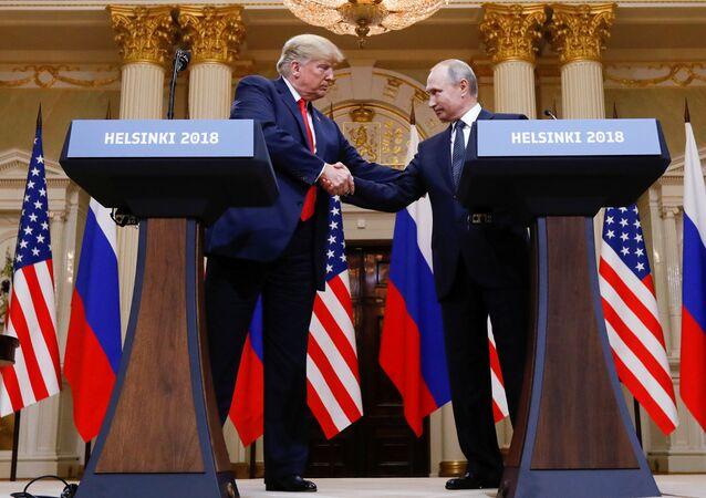 US-Präsident Donald Trump (l.) und Wladimir Putin vor der Pressekonferenz in Helsinki
