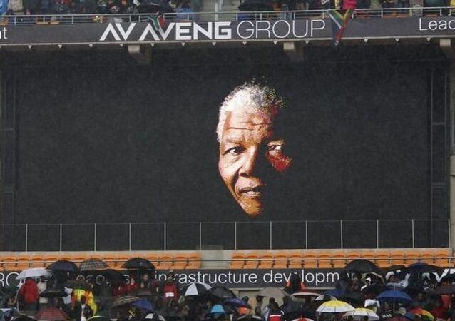 Les Sud-Africains ont percé un cordon de police pour faire leurs adieux à Mandela
