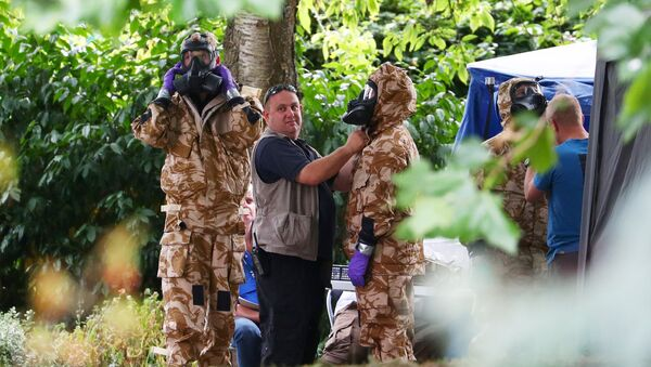 People don military hazardous material protective suits during a police search of Queen Elizabeth Gardens in Salisbury, Britain, July 19, 2018 - Sputnik International