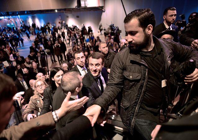 Emmanuel Macron und sein Sicherheitschef Alexandre Benalla während der Wahlkampagne im Jahr 2017 (Archivbild)