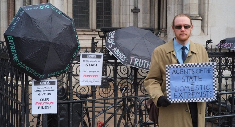 Victim of police spying protests outside the Royal Court of Justice © Kit Klarenberg 2018