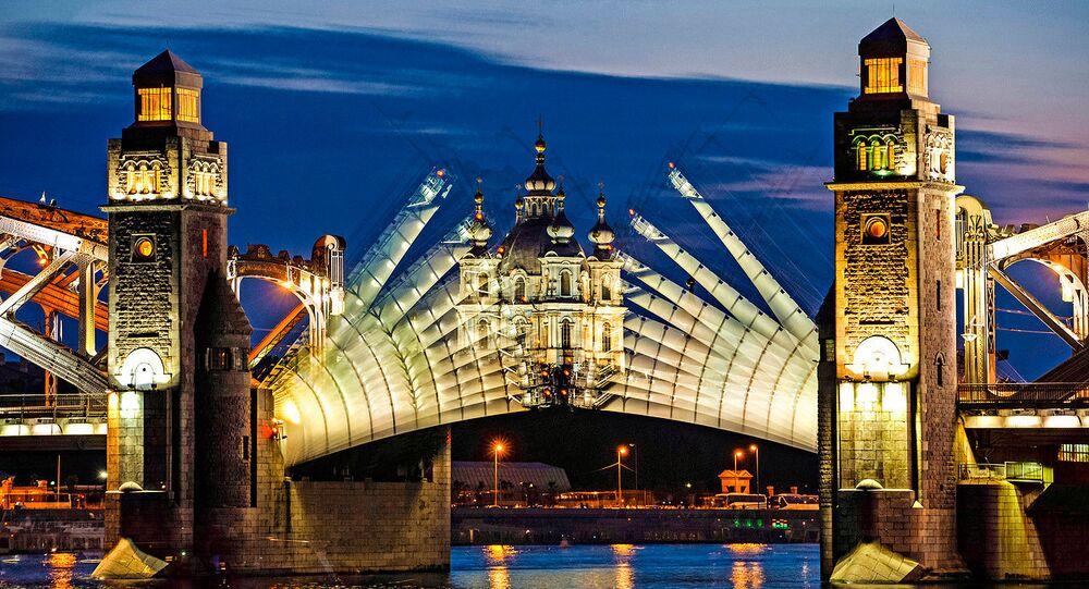 Разводка моста Петра Великого во время белых ночей в Санкт-Петербурге