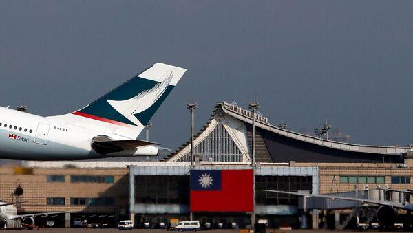 Hong Kong's Cathay Pacific Airways passenger plane takes off near a Taiwanese national flag at Taoyuan International Airport, Taiwan August 6, 2018 - Sputnik International