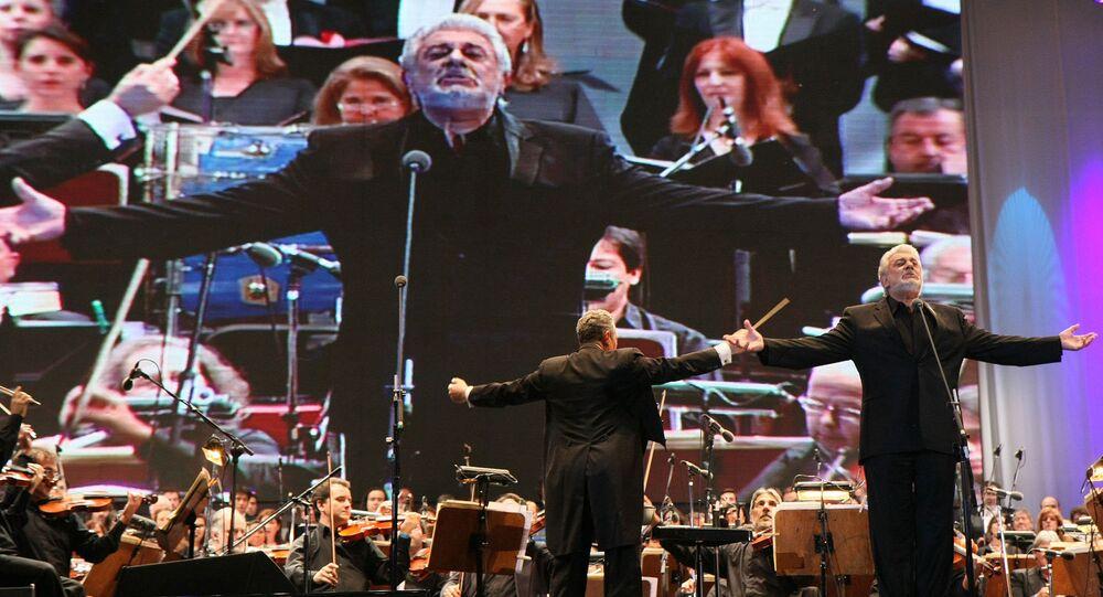 Plácido Domingo sings