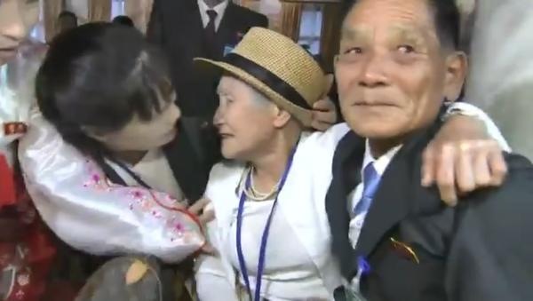 Reunion between Lee Keum-seom, 92, and her son, Ri Sang Chol, separated since the Korean War, at the Kumgang resort in North Korea, August 20, 2018 - Sputnik International
