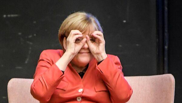 German Chancellor Angela Merkel With 'Binoculars' - Sputnik International