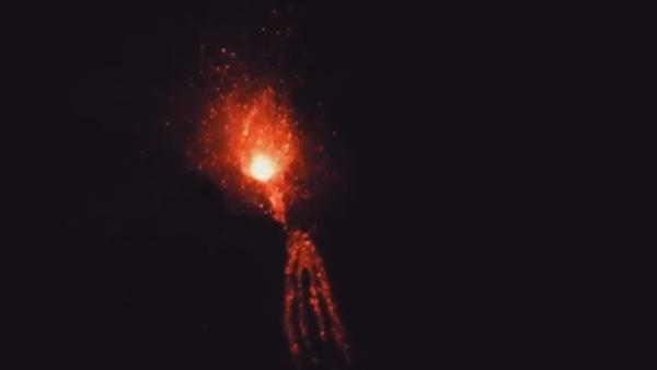 Italian Mount Etna Erupts with Lava Bombs - Sputnik International
