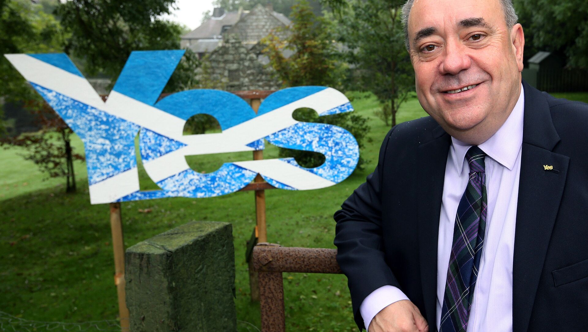 Scotland's then First Minister Alex Salmond poses for photographs outside his home in Strichen, Scotland, Thursday, Sept. 18, 2014.  - Sputnik International, 1920, 28.03.2021