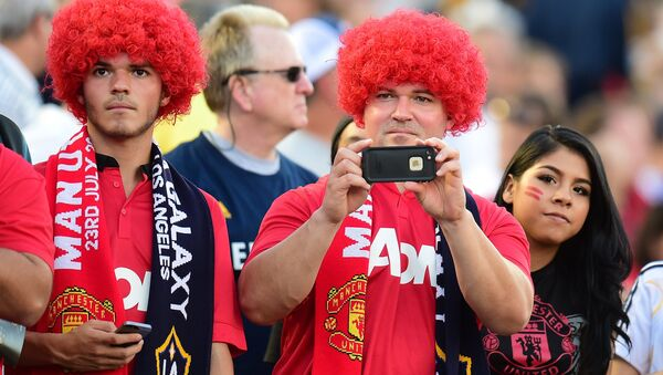 Manchester United fans sporting red-versions of Marouane Fellaini look-a-like wigs await the arrival of players during their Chevrolet Cup match against the LA Galaxy at the Rose Bowl in Pasadena, California on July 23, 2014 - Sputnik International