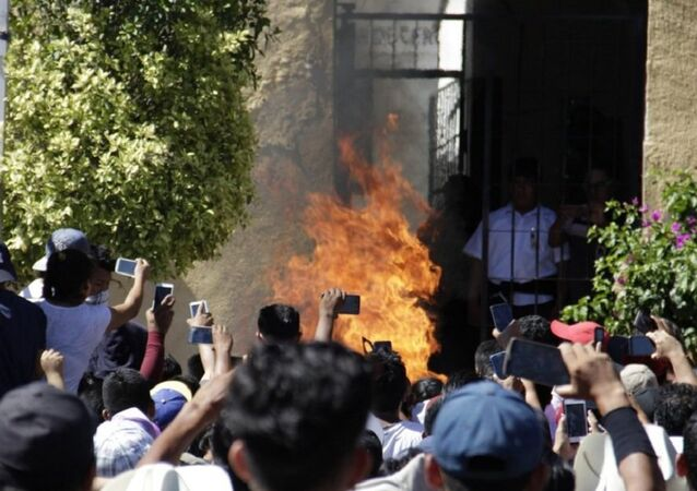 150 persons storm police station take 2 men they thought kidnapped minors and set them afire amid applause