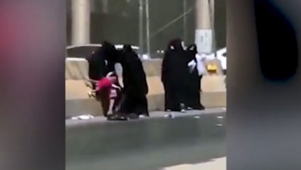 Five Saudi women fight on the side of the road, one with child in tow - Sputnik International