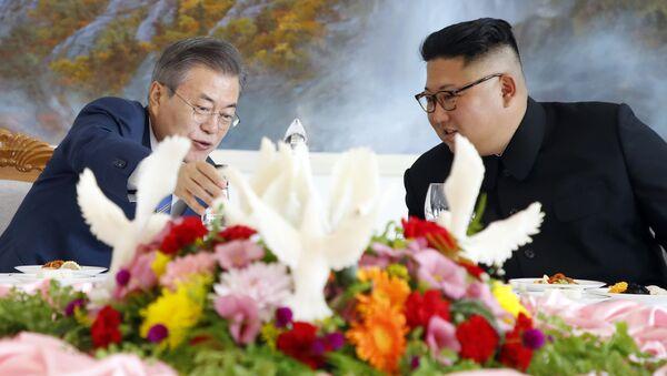 South Korean President Moon Jae-in, left, talks with North Korean leader Kim Jong Un at Okryu-Gwan restaurant in Pyongyang, North Korea, Wednesday, Sept. 19, 2018 - Sputnik International