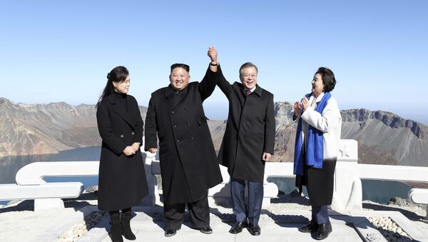 South Korean President Moon Jae-in, second from right, and his wife Kim Jung-sook, right, stand with North Korean leader Kim Jong Un, second from left, and his wife Ri Sol Ju on the Mount Paektu in North Korea, Thursday, Sept. 20, 2018 - Sputnik International