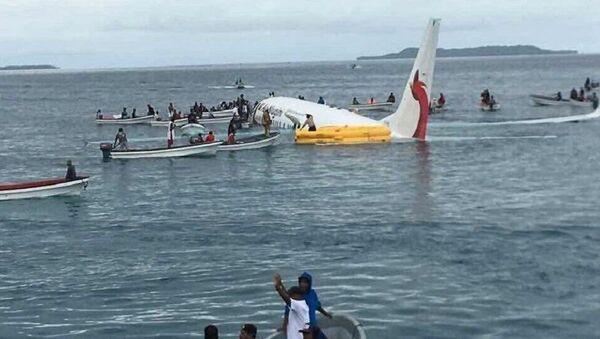 A plane heading toward  Papua New Guinea lands in ocean after overshooting a runway in Micronesia - Sputnik International