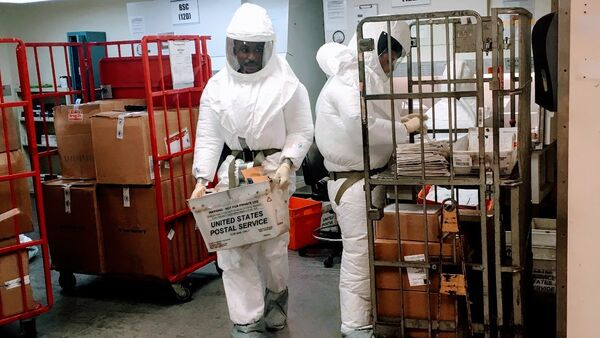 US Defense Department personnel, wearing protective suits, screen mail as it arrives at a US government facility near the Pentagon in Washington, DC on October 2, 2018 - Sputnik International
