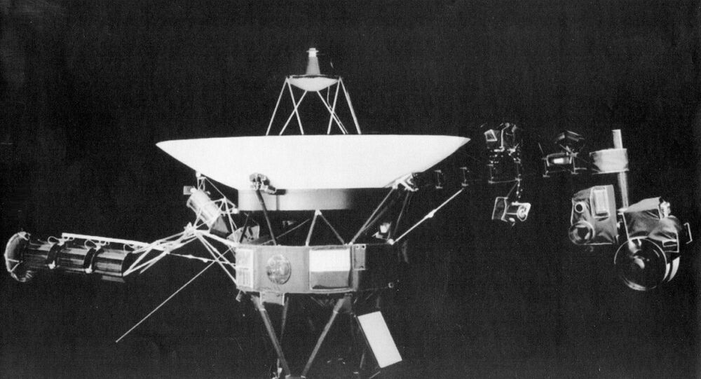 This is a handout photo from the Jet Propulsion Lab in Passadena, Calif., showing the Voyager 2 spacecraft. On right side of the craft is girder-like boom which holds science project equipment and imaging camera. The platform at far end of the boom apparently got stuck-perhaps caused by a collision with particles from Saturn's rings, limitting movement of some of the equipmen, according to JPL scientists. (AP-Photo/HO) 26.8.1981