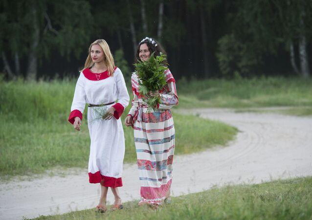 Участники праздника летнего солнцестояния в селе Окунево Омской области