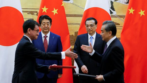 Chinese Premier Li Keqiang, Japanese Prime Minister Shinzo Abe, Chinese Foreign Minister Wang Yi and Japanese Foreign Minister Taro Kono attend a signing ceremony in Beijing - Sputnik International