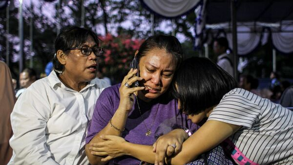 Relatives of passengers on Lion Air flight JT610, that crashed into the sea, cry as they wait at Halim Perdanakusuma Airport in Jakarta. - Sputnik International