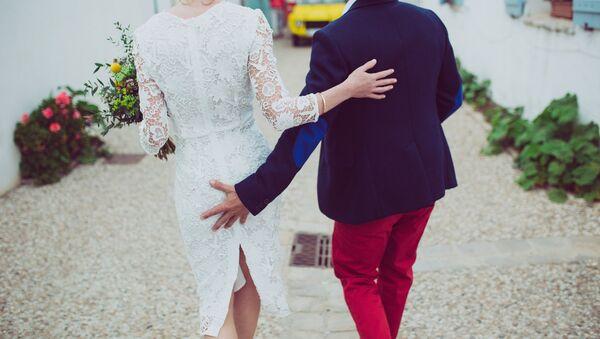 A couple walking together - Sputnik International