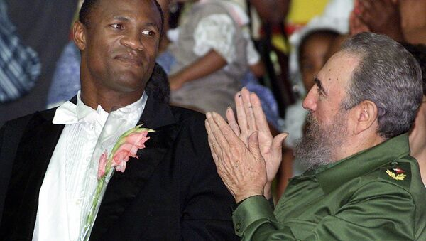 Felix Savon, pictured with the late Cuban leader Fidel Castro, was a huge hero in Cuba for his accomplishments in boxing - Sputnik International