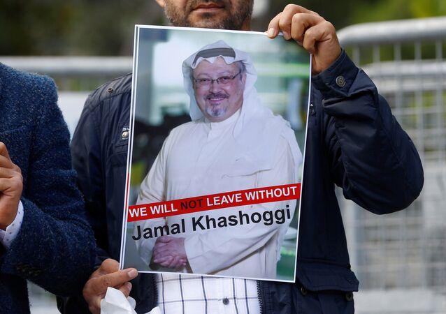 Activista con la foto del periodista desaparecido, Jamal Khashoggi