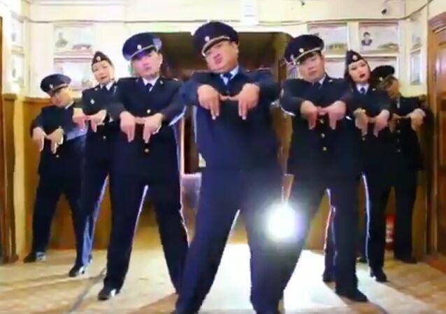 Шуточный ролик, с помощью которого полицейские из Амгинского района Республики Саха (Якутия) пригласили всех желающих на праздничную программу 10 ноября