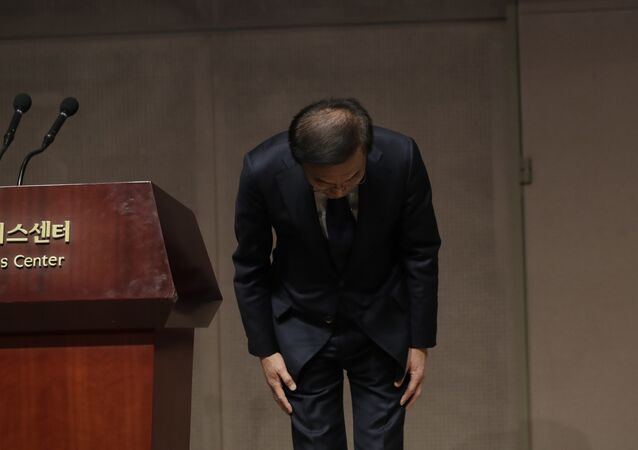 Kinam Kim, President & CEO, Device Solutions, Samsung Electronics bows in apology in Seoul, South Korea, Friday, Nov. 23, 2018