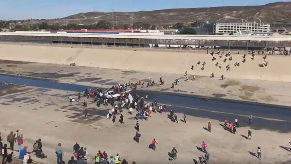 Migrants reportedly attempting to storm U.S.-Mexico border - Sputnik International