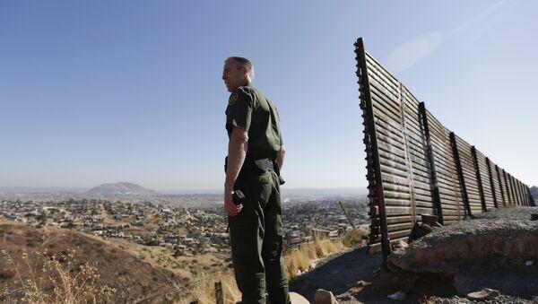US Border Patrol agent - Sputnik International