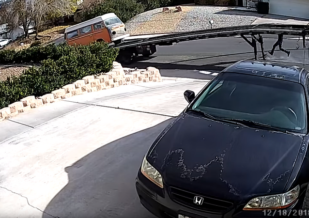 Security Camera Captures Runaway Trailer Making Off With US Man, VW Van