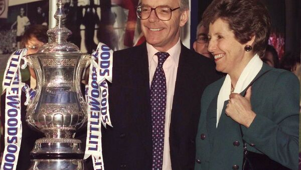 John Major, and his wife Norma, posing with the Littlewoods Cup during the 1997 election campaign - Sputnik International
